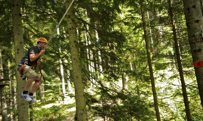 Passeggiata sospesa nei boschi